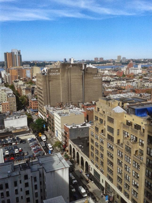Um lado da vista do quarto do hotel!