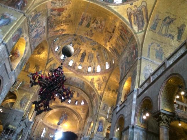 A foto não tá boa, é muita gente passando dentro da Igreja, mas é tudo muito lindo dentro da Basílica!