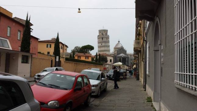 Chegando a Pisa, olha lá a torre toda tortinha..hehehe